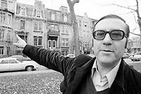 """Le poete<br /> Gaston Miron<br /> ,au carre Saint-Louis<br /> pres de la maison d""""Emile Nelligan ,<br />  dans les annees 70, date inconnue,<br /> <br /> Photo : Agence Quebec Presse  - Alain Renaud"""