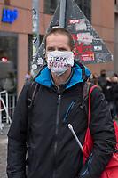 """Sogenannten """"Querdenker"""" sowie verschiedene rechte und rechtsextreme Gruppen hatten fuer den 18. November 2020 zu einer Blockade des Bundestag aufgerufen. Sie wollten damit verhindern, dass es eine Abstimmung ueber das Infektionsschutzgesetz gibt.<br /> Es sollen sich ca. 7.000 Menschen versammelt haben. Sie wurden durch Polizeiabsperrungen daran gehindert zum Reichstagsgebaeude zu gelangen. Sie versammelten sich daraufhin u.a. vor dem Brandenburger Tor.<br /> Im Bild: Ein Demonstrant mit einem Mund-Nase-Schutz mit der Aufschrift """"Stoppt Soeder"""".<br /> 18.11.2020, Berlin<br /> Copyright: Christian-Ditsch.de"""
