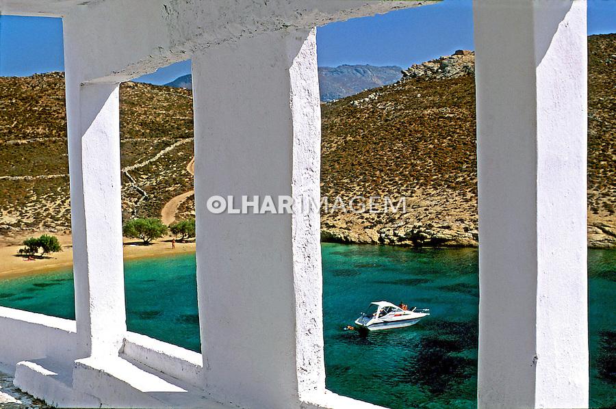 Detalhe de arquitetura e praia na Ilha de Seritos. Grécia. 2000. Foto de Renata Mello.