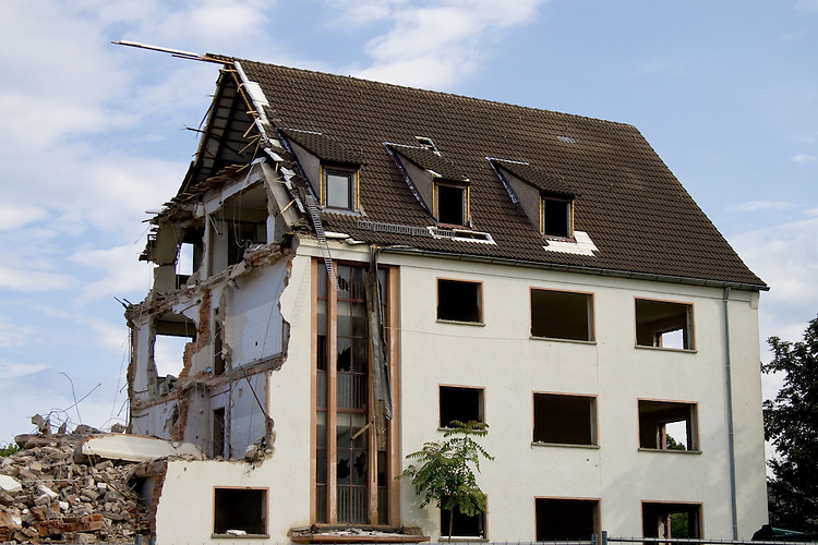 Europa, DEU, Deutschland, Bayern, Wohnung, Altimmobilie, Altbau, Haus, Wohnhaus, Wohnviertel, Abriss, Sanierung, Kategorien und Themen, Architektur, Haeuser, Altbauten, Immobilien, Architektonisch, Architekturstil, Bauwerk, Bauwerke, Gebaeude, Historisch, Architekturfoto, Architekturphoto, Architekturfotografie, Architekturphotographie, Stadt, Staedte, City, Citys, Staedtebau<br /> <br /> <br /> [Fuer die Nutzung gelten die jeweils gueltigen Allgemeinen Liefer-und Geschaeftsbedingungen. Nutzung nur gegen Verwendungsmeldung und Nachweis. Download der AGB unter http://www.image-box.com oder werden auf Anfrage zugesendet. Freigabe ist vorher erforderlich. Jede Nutzung des Fotos ist honorarpflichtig gemaess derzeit gueltiger MFM Liste - Kontakt, Uwe Schmid-Fotografie, Duisburg, Tel. (+49).2065.677997, <br /> archiv@image-box.com, www.image-box.com]