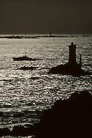 Europe/France/Bretagne/29/Finistère/Pointe du Raz: Garde -Côte et  Phare de la Vieille en fond l'Ile de Sein