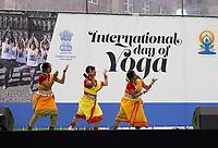 Nederland - Amsterdam - 2019. International Day of Yoga. Internationale Yogadag op de Dam in Amsterdam.  Foto Berlinda van Dam / Hollandse Hoogte