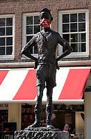 Nederland Amsterdam 2020. Het Amsterdamse Lieverdje op het Spui. Het beeld is gemaakt door de Amsterdamse beeldhouwer Carel Kneulman. Het beeldje draagt nu een mondkapje.   Foto Berlinda van Dam / Hollandse Hoogte