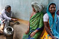 INDIA Chhattisgarh, Prof. Anil Gupta and NGO SRISTI discover on the walking tour Shodh Yatra local knowledge and inventions in the tribal villages of Bastar, Gupta taste local food / INDIEN Chhattisgarh , Prof. Anil Gupta und sein Team der NGO SRISTI erforschen lokales Wissen, Biodiversitaet und Erfindungen der lokalen Bevoelkerung auf der Shodh Yatra einer Wandertour durch Adivasi Doerfer in der Bastar Region