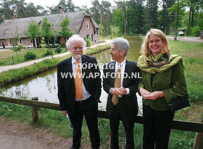 Arnhem 080507 Minister Plasterk bezocht vandaag hjet Open Lucht Museum ivm de plaats van het nieuwe nationale museum.<br /> Foto vlnr museumdirecteur Jan Vaessen,Minister Plastewrk en Burg.Krikke van Arnhem.<br /> Foto Frans Ypma APA-foto