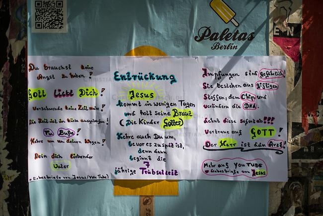 Unbekannte haben selbstgemalte Plakate aufgehaengt, auf denen mit religioesem Fanatismus gegen die Einschraenkungen zur Eindaemmung der Covid-19-Pandemie, angebliche Zwangsimpfungen und die Einpflanzung von Ueberwachungschips Stimmung gemacht wird.<br /> Mit diesen Argumenten versammeln sich bundesweit mittlerweile tausende Menschen zu nicht genehmigten Kundgebungen und Demonstrationen.<br /> 6.5.2020, Berlin<br /> Copyright: Christian-Ditsch.de<br /> [NUR FUER REDAKTIONELLE ZWECKE! Werbung nur auf Anfrage beim Fotografen. Inhaltsveraendernde Manipulation des Fotos nur nach ausdruecklicher Genehmigung des Fotografen. Vereinbarungen ueber Abtretung von Persoenlichkeitsrechten/Model Release der abgebildeten Person/Personen liegen nicht vor. NO MODEL RELEASE! Don't publish without copyright Christian-Ditsch.de, Veroeffentlichung nur mit Fotografennennung, sowie gegen Honorar, MwSt. und Beleg. Konto: I N G - D i B a, IBAN DE58500105175400192269, BIC INGDDEFFXXX, Kontakt: post@christian-ditsch.de<br /> Bei der Bearbeitung der Dateiinformationen darf die Urheberkennzeichnung in den EXIF- und  IPTC-Daten nicht entfernt werden, diese sind in digitalen Medien nach §95c UrhG rechtlich geschuetzt. Der Urhebervermerk wird gemaess §13 UrhG verlangt.]