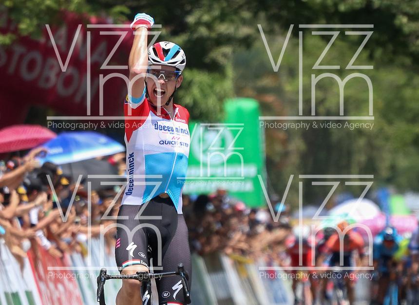 MEDELLIN - COLOMBIA, 15-02-2019: Bob JUNGELS (LUX), Deceuninck - Quick Step Floors (BEL), cruza la línea de meta como ganador de la cuarta etapa del Tour Colombia 2.1 2019 con un recorrido de 144 Km, que se corrió con salida y llegada en el estadio Atanasio Girardot de la ciudad de Medellín. / Bob JUNGELS (LUX), Deceuninck - Quick Step Floors (BEL), crosses the finish line as winner of the fourth stage of 144 km of Tour Colombia 2.1 2019 that ran with start and arrival in Atanasio Girardot stadium in Medellin city.  Photo: VizzorImage / Fedeciclismo Prensa