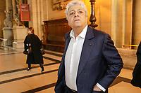 PROCES DE LA FILIALE LUXEMBOURGEOISE DE LA BANQUE LANDSBANKI AU PALAIS DE JUSTICE DE PARIS . SES DIRIGEANTS SONT POURSUIVIS POUR ESCROQUERIE AUX EMPRUNTS HYPOTHECAIRES ACCORDES A DES EPARGNANTS DONT LE CHANTEUR ENRICO MACIAS # ENRICO MACIAS AU PROCES POUR ESCROQUERIE DE LA FILIALE DE LA BANQUE LANDSBANKI