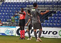 MONTERIA - COLOMBIA, 01-05-2019: Jhon Alexander Hinestroza Romaña, árbitro, señala un penal a favor de Jaguares durante el partido por la fecha 19 de la Liga Águila I 2019 entre Jaguares de Córdoba F.C. y La Equidad jugado en el estadio Jaraguay de la ciudad de Montería. / Jhon Alexander Hinestroza Romaña, referee, signs a penal in favor of Jaguares during match for the date 19 as part Aguila League I 2019 between Jaguares de Cordoba F.C. and La Equidad played at Jaraguay stadium in Monteria city. Photo: VizzorImage / Andres Felipe Lopez / Cont