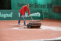 2013-08-13, Netherlands, Raalte,  TV Ramele, Tennis, NRTK 2013, National Ranking Tennis Champ,  Drying the clay surface after rain fall<br /> <br /> <br /> <br /> Photo: Henk Koster