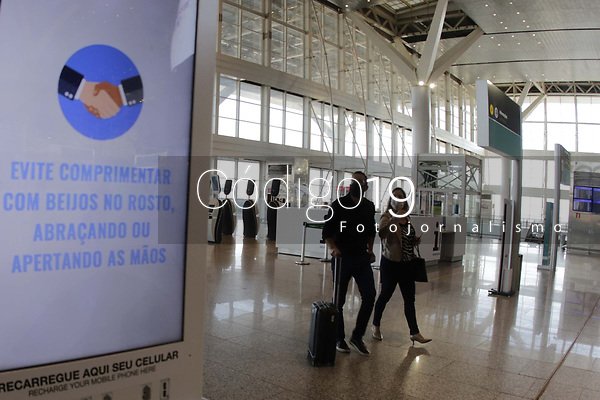 Campinas (SP), 29/07/2020 - Aeroporto/Covid-19 - O Aeroporto Internacional de Viracopos, em Campinas (SP), instalou uma Camera Termica que mede a temperatura de todos os passageiros que embarcam em voos no terminal. A iniciativa e mais uma entre 35 acoes realizadas nos ultimos meses para elevar o nivel de seguranca nas viagens aereas e evitar o contagio pela Covid 19.  <br /><br />O painel de medicao de temperatura e uma combinacao de aplicacoes tradicionais baseadas no reconhecimento de faces e deteccao de temperatura por infravermelho. A medicao leva em torno de tres a cinco segundos e e realizada em Viracopos quando os passageiros apresentam o bilhete de embarque. (Foto: Denny Cesare/Codigo 19/Codigo 19)
