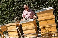 """Honigernte bei den Bundestags-Bienen.<br /> Oliver Krischer, """"Bienen-Vater"""" des Parlaments und Vizechef der Bundestagsfraktion der Gruenen erntete zusammen mit seinem Mitarbeiter Daniel Holstein und dem Imker Dr. Benedikt Polaczeck von der Technischen Universitaet, am Dienstag den 7. August 2018 im Paul-Loebe-Haus den Honig der Bundestagsbienen. Insgesamt wird eine Ernte von bis zu 100 Kilogramm von den drei Bienenvoelkern erwartet.<br /> Die Bienenvoelker wurden 2016 als Zeichen gegen das Bienensterben von der gruenen Bundestagsabgeordneten Baerbel Hoehn aufgestellt.<br /> Im Bild: Dr. Benedikt Polaczeck an den drei Bienenvoelkern Sylvia, Katrin und Annalena (vlnr.).<br /> 7.8.2018, Berlin<br /> Copyright: Christian-Ditsch.de<br /> [Inhaltsveraendernde Manipulation des Fotos nur nach ausdruecklicher Genehmigung des Fotografen. Vereinbarungen ueber Abtretung von Persoenlichkeitsrechten/Model Release der abgebildeten Person/Personen liegen nicht vor. NO MODEL RELEASE! Nur fuer Redaktionelle Zwecke. Don't publish without copyright Christian-Ditsch.de, Veroeffentlichung nur mit Fotografennennung, sowie gegen Honorar, MwSt. und Beleg. Konto: I N G - D i B a, IBAN DE58500105175400192269, BIC INGDDEFFXXX, Kontakt: post@christian-ditsch.de<br /> Bei der Bearbeitung der Dateiinformationen darf die Urheberkennzeichnung in den EXIF- und  IPTC-Daten nicht entfernt werden, diese sind in digitalen Medien nach §95c UrhG rechtlich geschuetzt. Der Urhebervermerk wird gemaess §13 UrhG verlangt.]"""