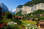 CHE, SCHWEIZ, Kanton Bern, Berner Oberland: Lauterbrunnen mit Staubbachfall vorm Breithorn (3.782 m) | CHE, Switzerland, Bern Canton, Bernese Oberland: Lauterbrunnen with Staubbach waterfall and Breithorn mountain (12.409 ft.)