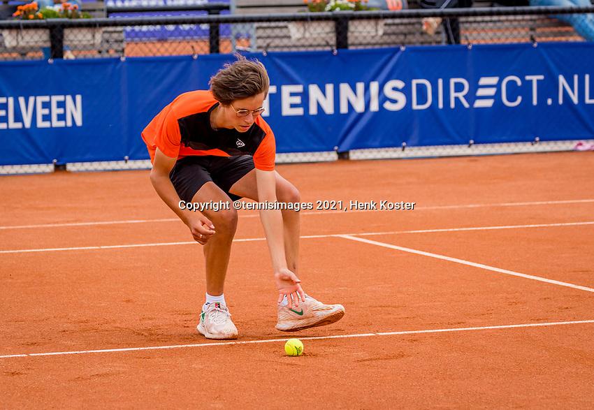 Amstelveen, Netherlands, 7 Juli, 2021, National Tennis Center, NTC, Amstelveen Womans Open, Ballboy piching up a tennis bal<br /> Photo: Henk Koster/tennisimages.com