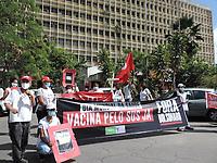 Recife (PE), 07/04/2021 - O Dia Mundial da Saúde é comemorado em 7 de abril, data da criação da Organização Mundial da Saúde (OMS), em 1948. No Recife, nesta quarta-feira (7), a CUT Pernambuco, as Frentes Brasil Popular e Povo sem Medo e a Campanha Fora Bolsonaro, fizeram um ato simbólico de protesto, em frente a Praça Oswaldo Cruz, Boa Vista centro do Recife, com a fixação de cartazes, faixas e cruzes em memória dos mortos pela COVID-19.  A luta é pela vacina para todos e todas, pelo SUS; salvar vidas e proteger o trabalho. O ato seguiu pela a Av. Conde da Boa vista e finalizou no hospital da Restauração na Av. Agamenon Magalhães.