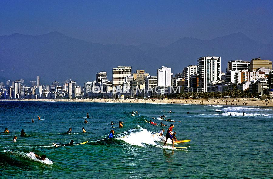 Surfistas em Ipanema, Rio de Janeiro. 2002. Foto de Ricardo Azoury.