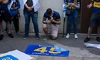 São Paulo , SP, 16.05.2021 -  Cortejo Fúnebre Bruno Covas -SP - Pessoas acompanham o Cortejo  Fúnebre em homenagem ao Prefeito Bruno Covas (PSDB), cruza toda a av.Paulista na tarde deste domingo (16) . O prefeito Bruno Covas faleceu na manhã deste domingo aos 41 anos de idade em decorrência de um câncer. No destaque pessoas fazem oração em homenagem ao prefeito