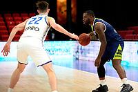 10-04-2021: Basketbal: Donar Groningen v ZZ Leiden: Groningen, Leiden speler Giddy Potts met Donar speler Will Moreton