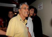 SAO PAULO, SP, 18 DE FEVEREIRO 2012 - CAMAROTE BAR BRAHMA -  O cantor Caetano Veloso com o filho Zeca sao vistos no Camarote Bar Brahma, no primeiro dia de desfiles do Grupo Especial do Carnaval de Sao Paulo, na noite deste sabado 18, no Sambodromo do Anhembi regiao norte da capital paulista. (FOTO: MILENE CARDOSO - BRAZIL PHOTO PRESS).