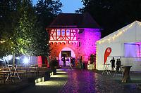 Groß-Gerau 23.08.2018: Volk im Schloss<br /> Torhaus des Dornheimer Schloss mit Festzelt farbig angestrahlt während dem Regen Foto: Vollformat/Marc Schüler, Schäfergasse 5, 65428 R'heim, Fon 0151/11654988, Bankverbindung KSKGG BLZ. 50852553 , KTO. 16003352. Alle Honorare zzgl. 7% MwSt.