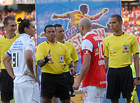 BOGOTA - COLOMBIA -04 -05-2014: Juan Gamarra (Cent.) arbitro, con Carlos Giraldo (2Izq.) capitán del Once Caldas y Omar Perez (2Der.) capitán del Independiente Santa Fe, durante partido de vuelta entre Independiente Santa Fe y Once Caldas por los cuartos de final de la Liga Postobon I-2014, jugado en el estadio Nemesio Camacho El Campin de la ciudad de Bogota. / Juan Gamarra (C), referee, with Carlos Giraldo (2R) capitan of Once Caldas and Omar Perez (2R) capitan of Independiente Santa Fe, during a match for the second leg between Independiente Santa Fe and Once Caldas for the quarter of finals of the Liga Postobon I -2014 at the Nemesio Camacho El Campin Stadium in Bogota city, Photos: VizzorImage / Luis Ramirez / Staff.