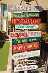 Frankreich, Provence-Alpes-Côte d'Azur, Villefranche-sur-Mer: lustige Hinweisschilder der Restaurants am Quai de l'Amiral Courbet  | France, Provence-Alpes-Côte d'Azur, Villefranche-sur-Mer: funny restaurant signs at Quai de l'Amiral Courbet