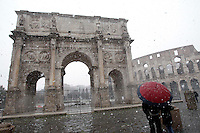 Una veduta del Colosseo e dell'Arco di Costantino, durante una nevicata a Roma, 11 febbraio 2012..The Colosseum and the Costantine Arch are seen during a snowfall in Rome, 11 february 2012..UPDATE IMAGES PRESS/Riccardo De Luca