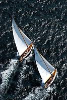 Kieler Woche:EUROPA, DEUTSCHLAND, SCHLESWIG- HOLSTEIN 22.06.2005:Kieler Woche, 12er Yachten hart am Wind in der Kieler Förde. Diese beiden Schiffe zeigen in ihrem Match Race die klassische Rumpfform. Die linke Yacht mit dem Segelkennzeichen K10 hat die rechte Yacht mit dem Segelkennzeichen D1 im Lee überholt. <br />Luftaufnahme, Luftbild,  Luftansicht
