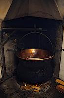 """Europe/Italie/Val d'Aoste/Env d'Aoste/Planaval: Dans une estive    préparation de la """"Fontine"""" Fromage au lait cru de vache"""