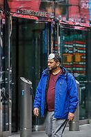 NOVA YORK, EUA 18.03.2020 - CORONAVIRUS-EUA - Pessoas usam mascara medica na cabeca  durante a Pandemia de Corona Virus COVID-19 em Nova York . (Foto: Vanessa Carvalho/Brazil Photo Press/Folhapress)