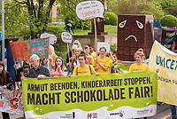 """Anlaesslich der 4. Weltkakaokonferenz vom 22.-25. April in Berlin demonstrierten INKOTA-netzwerk, die Initiative """"SchokoFair - Stoppt Kinderarbeit!"""", STOP THE TRAFFIK und das Forum Fairer Handel am Montag, den 23. April und Schueler unter dem Motto """"Armut beenden, Kinderarbeit stoppen!"""" fuer einen fairen Handel mit Kakao.<br /> Nach Expertenberichten arbeiten bereits etwa zwei Millionen Kinder auf Kakaoplantagen in Westafrika. Durch den Preisverfall des Kakaos seit Ende 2016 besteht die Gefahr, dass Kinderarbeit weiter zunimmt.<br /> Die Organisationen und Schueler forderten auf der Demonstration die Schokoladenindustrie und die Regierungen der Kakaoanbau und -konsumlaender zu wirksamen Maßnahmen, um die Armut der Bäuerinnen und Bauern zu beenden auf und Kinderarbeit zu stoppen.<br /> 23.4.2018, Berlin<br /> Copyright: Christian-Ditsch.de<br /> [Inhaltsveraendernde Manipulation des Fotos nur nach ausdruecklicher Genehmigung des Fotografen. Vereinbarungen ueber Abtretung von Persoenlichkeitsrechten/Model Release der abgebildeten Person/Personen liegen nicht vor. NO MODEL RELEASE! Nur fuer Redaktionelle Zwecke. Don't publish without copyright Christian-Ditsch.de, Veroeffentlichung nur mit Fotografennennung, sowie gegen Honorar, MwSt. und Beleg. Konto: I N G - D i B a, IBAN DE58500105175400192269, BIC INGDDEFFXXX, Kontakt: post@christian-ditsch.de<br /> Bei der Bearbeitung der Dateiinformationen darf die Urheberkennzeichnung in den EXIF- und  IPTC-Daten nicht entfernt werden, diese sind in digitalen Medien nach §95c UrhG rechtlich geschuetzt. Der Urhebervermerk wird gemaess §13 UrhG verlangt.]"""