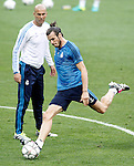 Real Madrid's coach Zinedine Zidane (l) and Garet Bale during Champions League 2015/2016 training session. May 27,2016. (ALTERPHOTOS/Acero)