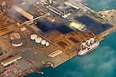 Minéralier au chargement, usine de Doniambo, SLN (Société Le Nickel), Nouméa, Nouvelle-Calédonie
