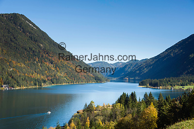 Oesterreich, Kaernten, bei Techendorf; Herbststimmung am Weissensee, im Hintergrund die Gailtaler Alpen   Austria, Carinthia, near Techendorf: autumn scenery at Lake Weissensee, at background Gailtal Alps
