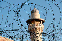 Gerusalemme / Israele.Un minareto dietro il filo spinato a Gerusalemme est..Foto Livio Senigalliesi..Jerusalem / Israel.A minaret surrounded by the barbed wired in east part of Jerusalem..Photo Livio Senigalliesi