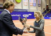 12-12-09, Rotterdam, Tennis, REAAL Tennis Masters 2009, Indy de Vroome ontvangt de Cup Renaud uit handen van Hendrik Jan DavidsOver de toekenning beslist het Bondsbestuur, op voordracht van het Bondsbestuurslid Toptennis.De prijs wordt toegekend aan die jonge tennisspeler of tennisspeelster die in het desbetreffende jaar de beste wedstrijdresultaten heeft behaald en in dit jaar de leeftijd van 15 jaar nog niet heeft bereikt.