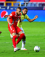 CALI-COLOMBIA, 20-09-2020: Felipe Jaramillo de America de Cali y Bernaldo Manzano de Atletico Bucaramanga, disputan el balon durante partido entre America de Cali y Atletico Bucaramanga, de la fecha 9 por la Liga BetPlay DIMAYOR I 2020 jugado en el estadio Pascual Guerrero de la ciudad de Cali. / Felipe Jaramillo of America de Cali and Bernaldo Manzano of Atletico Bucaramanga, vie for the ball during a match between America de Cali and Atletico Bucaramanga, of the 9th date for the BetPlay DIMAYOR I 2020 played at the Pascual Guerrero stadium in Cali city. / Photo: VizzorImage / Nelson Rios / Cont.