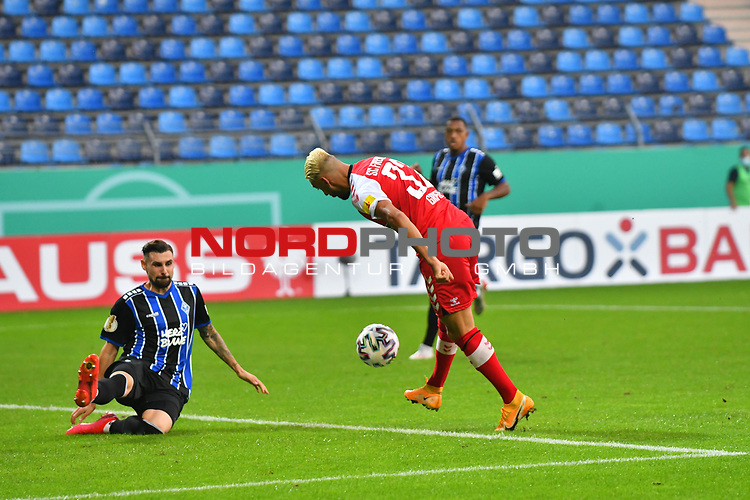 13.09.2020, Carl-Benz-Stadion, Mannheim, GER, DFB-Pokal, 1. Runde, SV Waldhof Mannheim vs. SC Freiburg, <br /> <br /> DFL REGULATIONS PROHIBIT ANY USE OF PHOTOGRAPHS AS IMAGE SEQUENCES AND/OR QUASI-VIDEO.<br /> <br /> im Bild: Vincenzo Grifo (SC Freiburg #32) gegen Marcel Hofrath (SV Waldhof Mannheim #31)<br /> <br /> Foto © nordphoto / Fabisch