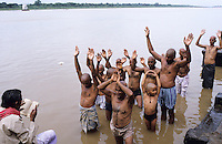 INDIA Madhya Pradesh, ancestor worship, Hindu men with shaved head at prayer for a cremated relative in the holy Narmada river at Maheshwar where a big dam is under constuction / INDIEN Madhya Pradesh, Hindus bei einem Gebet für einen Verstorbenen Angehörigen nach der Kremation am heiligen Fluß Narmada in Maheshwar wo auch ein großer Staudamm im Bau ist