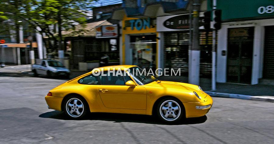 Carro importado Porsch. Foto de Juca Martins.