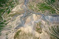Col de Bonette: EUROPA,  FRANKREICH, ALPES MARITIMES 18.03.2004: Col de Bonette, hoechste ashaltierte Passstrasse Europas, Der Col de la Bonette ist ein 2715 m hoher Gebirgspass in den franzoesischen Seealpen in der Region Provence-Alpes-Côte d'Azur nahe der italienischen Grenze.<br /> Die Passhoehe bildet die Grenze zwischen den Départements Alpes-de-Haute-Provence und Alpes-Maritimes. Die schmale, aber durchgehend asphaltierte Straße (SG 3) verbindet das Tal der Ubaye bei Jausiers (1240 m) mit dem Tal der Tinée bei Saint-Étienne-de-Tinée (1144 m). Die Cime de la Bonette (2860 m) und die Cime des Trois Serrières (2753 m) sind die den Pass bildenden Gipfel.