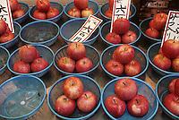 """Asie/Japon/Kyoto: Le marché couvert de """"Nishikikoji-dori"""" - Détail d'un étal de pommes"""