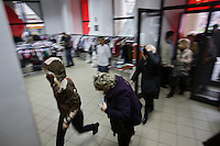 "Klienci biegna po wejsciu do sklepu z uzywana odzieza popularnie zwanego ""Lumpeks""...Warszawa, 26/11/2008..Fot: Piotr Malecki....Customers run for used clothes at the ""Kiermasz Odziezy"" second hand clothes shop November 26, 2008 in Warsaw, Poland..Second hand clothes become fashionable among younger generation of Poles who, even if they can afford new clothes, like to search for something less usual. Older people rather come to such shops because of low pension. ..Every two weeks there is a full change of stock and a crowd storms the shop in the first morning.....(Photo by Piotr Malecki)"