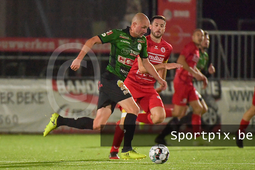 FC GULLEGEM - SPARTA PETEGEM :<br /> Anton Vanborm (L) tracht voorbij Efram Vansuypeene (R) te glippen<br /> <br /> Foto VDB / Bart Vandenbroucke