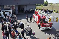 Gross-Gerau 30.04.2017: Feier 50 Jahre Jugenfeuerwehr Groß-Gerau und Übergabe der neuen Drehleiter mit Übung<br /> Neue Drehleiter von IVECO der Groß-Gerauer Feuerwehr kommt aus der Fahrzeughalle und wird bei der Übergabe von Bürgermeister Stefan Sauer an die Feuerwehr der Öffentlichkeit vorgestellt<br /> Foto: Vollformat/Marc Schüler, Schäfergasse 5, 65428 R'heim, Fon 0151/11654988, Bankverbindung KSKGG BLZ. 50852553 , KTO. 16003352. Alle Honorare zzgl. 7% MwSt.