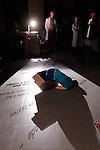 VUE(S)..Conception et chorégraphie Muriel Piqué.Textes Vannina Maestri.Interprétation Vannina Maestri (auteure).Muriel Piqué, Mathilde Gautry (danseuses).Sébastien Lenthéric (comédien).Jean-François Blanquet (artiste multimédia).Regard extérieur Lucille Calmel.Scénographie Daniel Fayet.Costumes et accessoires Pascaline Duron.Compagnie : Compagnie comme ça.Le 21/06/2012.Cadre : Festival Uzes Danse 2012.Lieu : Salle de l'ancien Êvèché.Ville : Uzès.© Laurent Paillier / photosdedanse.com.All rights reserved