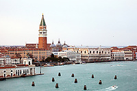 Blick auf den Dogenpalast am Markusplatz und den Uhrenturm - 26.11.2017: Hafeneinfahrt Venedig mit der Costa Deliziosa