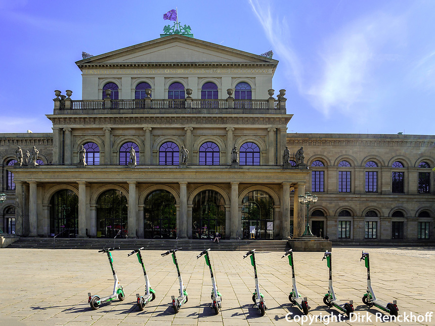 E-Scooter vor Opernhaus in Hannover, Niedersachsen, Deutschland, Europa<br /> electric kick scooter at Opera House in Hanover, Lower Saxony, Germany, Europe
