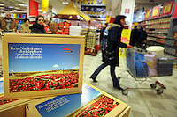 Roma.Ipermercato Coop Casilino.Natale.Vendita di prodotti natalizi..Coop Hypermarket Casilino. Roma. Sale of Christmas products..Libera terra.Prodotti delle terre confiscate alla mafia. Free land. Products of the lands confiscated from the Mafia...