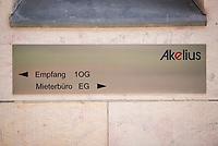 """Deutschlandzentrale des schwedischen Immobilieninvestors """"Akelius GmbH"""" am Erkelenzdamm 11-13 im Berliner Bezirk Kreuzberg.<br /> Die uebliche Geschaeftspraxis der Akelius GmbH ist, guenstig erworbene Immobilien schnellstmoeglich auf den selbst definierten """"Akelius First Class Standard"""" zu sanieren um danach die Mieten auf 15 bis 21 Euro pro Quadratmeter zu erhoehen.<br /> Die Akelius Fastigheter AB wurde 1994 vom Steuerexperten Roger Akelius gegruendet und besitzt ca. 45.000 Wohneinheiten in Schweden, England, Frankreich, Deutschland  und Kanada -  20.500 davon in Deutschland, in Berlin sind es etwa 12.000.<br /> Der Unternehmenschef Roger Akelius gibt sich als wohltaetiger Mensch, so unterstuetzt er ueber seine Stiftung in der Steueroase Zypern u.a. die S.O.S Kinderdoerfer.<br /> 17.7.2018, Berlin<br /> Copyright: Christian-Ditsch.de<br /> [Inhaltsveraendernde Manipulation des Fotos nur nach ausdruecklicher Genehmigung des Fotografen. Vereinbarungen ueber Abtretung von Persoenlichkeitsrechten/Model Release der abgebildeten Person/Personen liegen nicht vor. NO MODEL RELEASE! Nur fuer Redaktionelle Zwecke. Don't publish without copyright Christian-Ditsch.de, Veroeffentlichung nur mit Fotografennennung, sowie gegen Honorar, MwSt. und Beleg. Konto: I N G - D i B a, IBAN DE58500105175400192269, BIC INGDDEFFXXX, Kontakt: post@christian-ditsch.de<br /> Bei der Bearbeitung der Dateiinformationen darf die Urheberkennzeichnung in den EXIF- und  IPTC-Daten nicht entfernt werden, diese sind in digitalen Medien nach §95c UrhG rechtlich geschuetzt. Der Urhebervermerk wird gemaess §13 UrhG verlangt.]"""